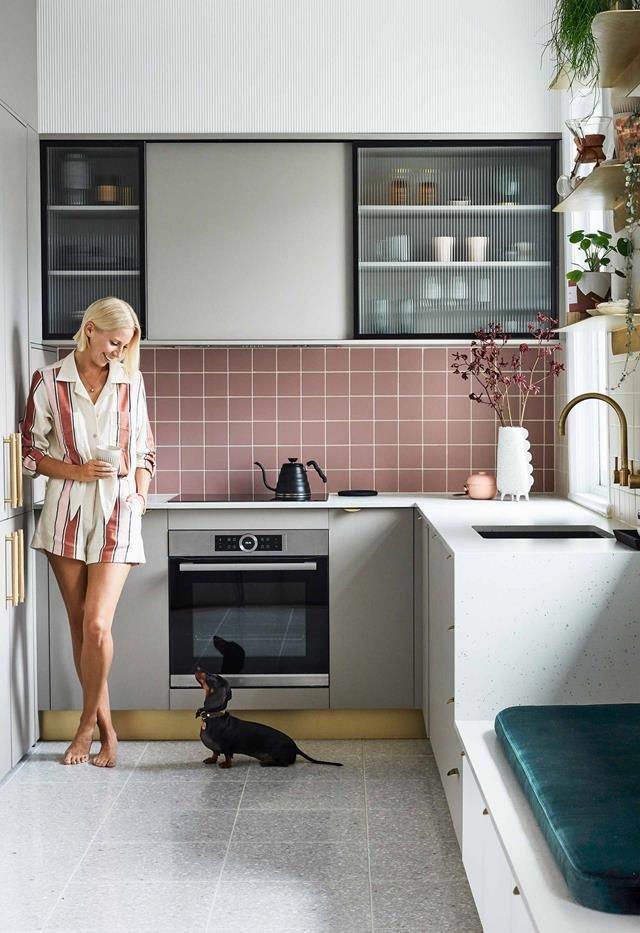 Хозяйка со своей собакой на кухне