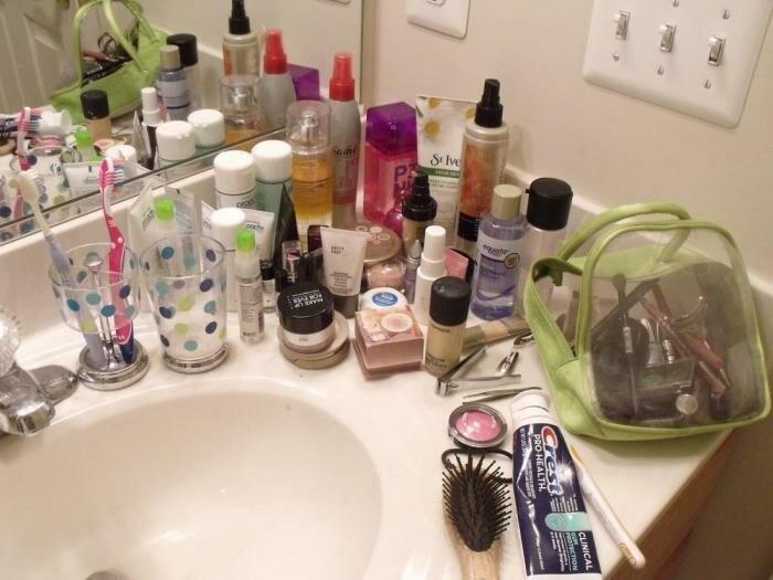 Скопление косметики в ванной комнате