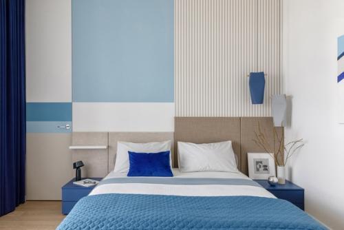 Интерьер спальни, оформленный в сине-белых тонах
