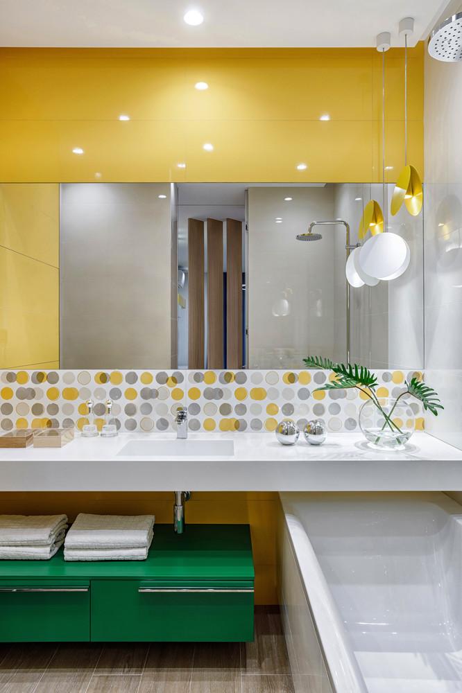Интерьер яркой ванной комнаты, автором которой является Иван Поздняков