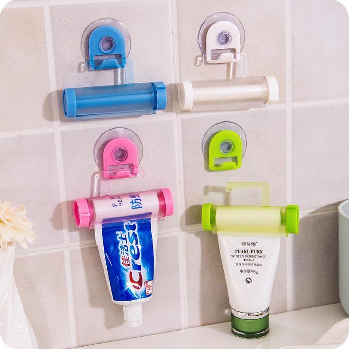 Прибор для выдавливания зубной пасты удобен при использовании, так как у него имеется присоска, на которую он крепится к стене