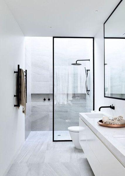 Белый - это цвет чистоты, который ассоциируется с поликлиникой