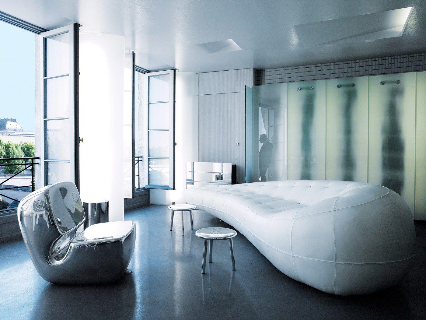 Интерьер гостиной комнаты в парижской квартире