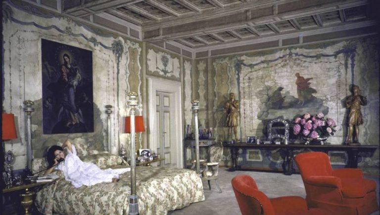 Потрясающий дизайн спальни, украшенный дорогим декором и фресками