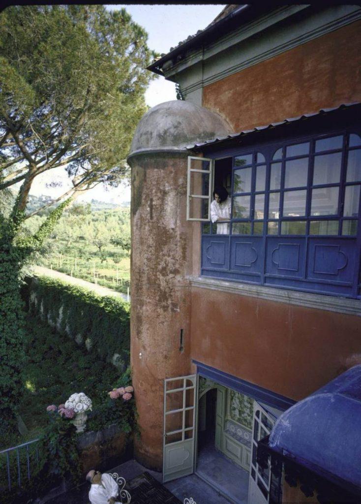 Софи Лорен выглядывает из своего кабинета в сад