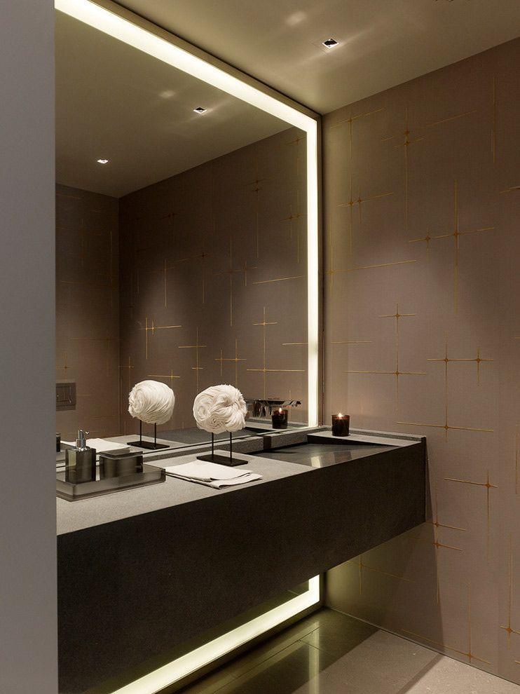 Большое зеркало в интерьере ванной комнаты