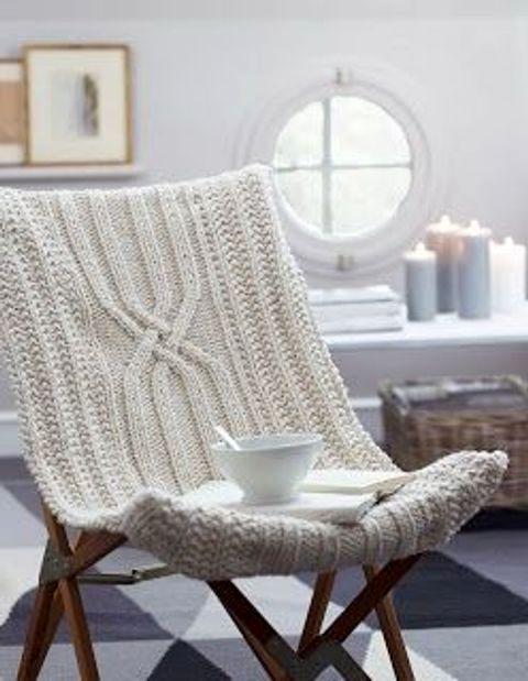 Вязаный чехол для декора стула