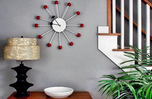 Необычные и яркие часы в прихожей