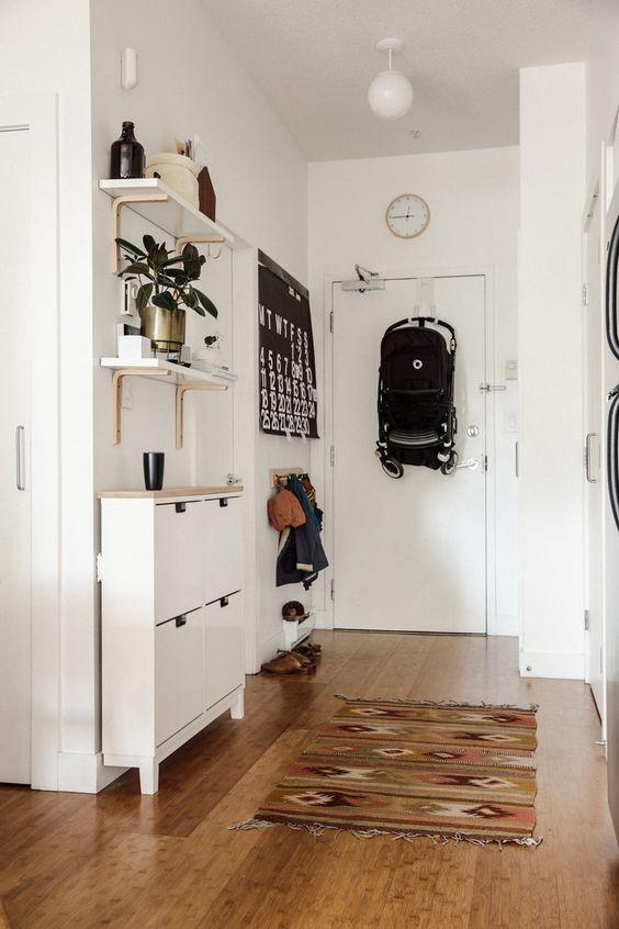 Современный и практичный дизайн узкого коридора