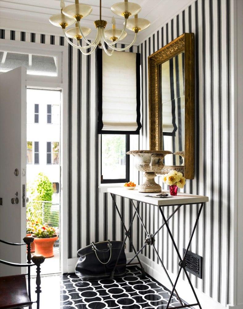 Вертикальные полосы в оформлении стен коридора