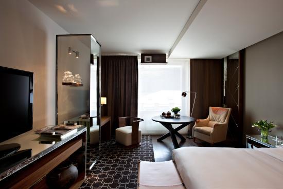 Простенькое оформление спальни, но зато с изюминкой в виде зеркальной колонны