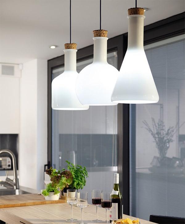 Современные потолочные светильники в интерьере кухни
