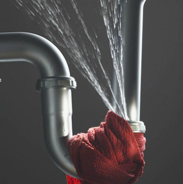 Протечка трубы - техническая проблема, из-за которой в квартире может появится запах сырости