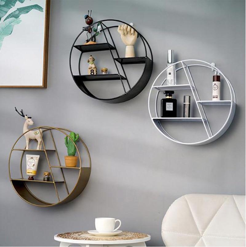 Металлические полки-стеллажи в интерьере квартиры