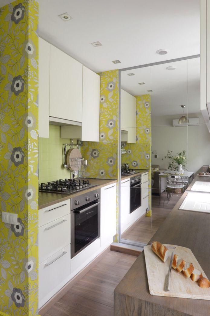 Зеркальная облицовка стены в интерьере кухни