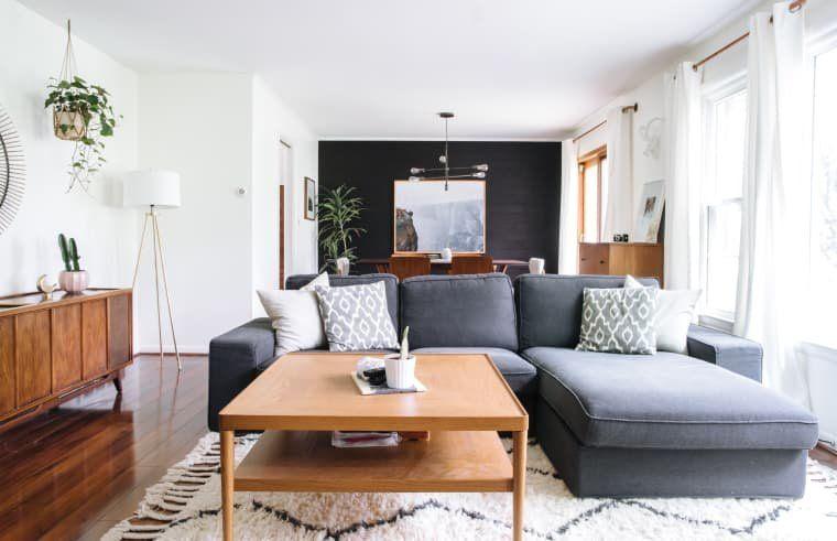 Мебель не должна быть приклеена к стене, наоборот, ей лучше стоять ближе к центру