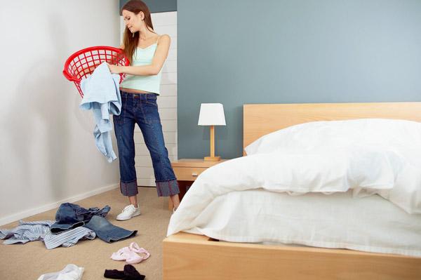 Спальня, как и другие комнаты требует надлежащего ухода в виде ежедневной уборки