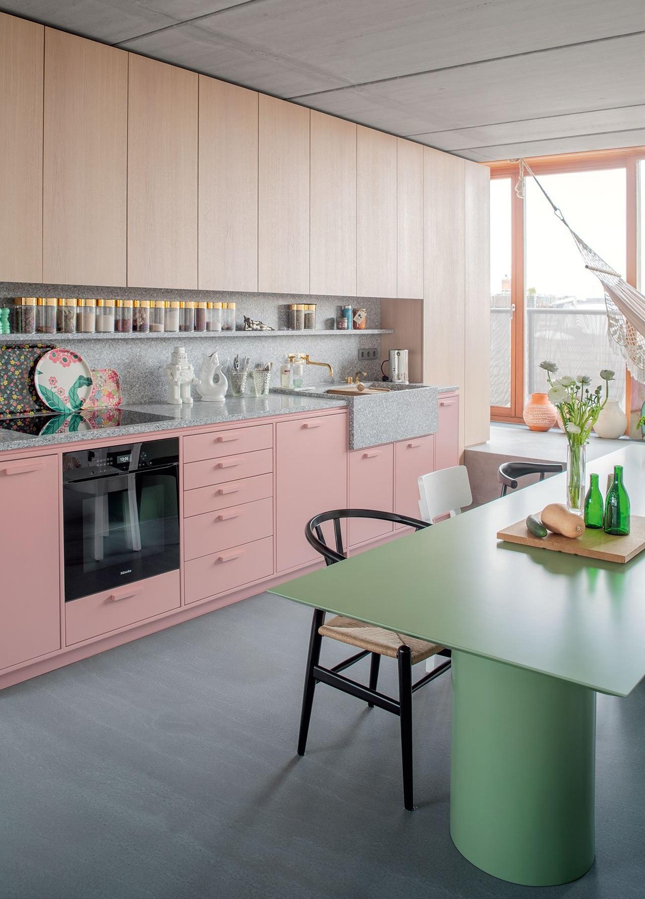 Яркая кухня с контрастными элементами