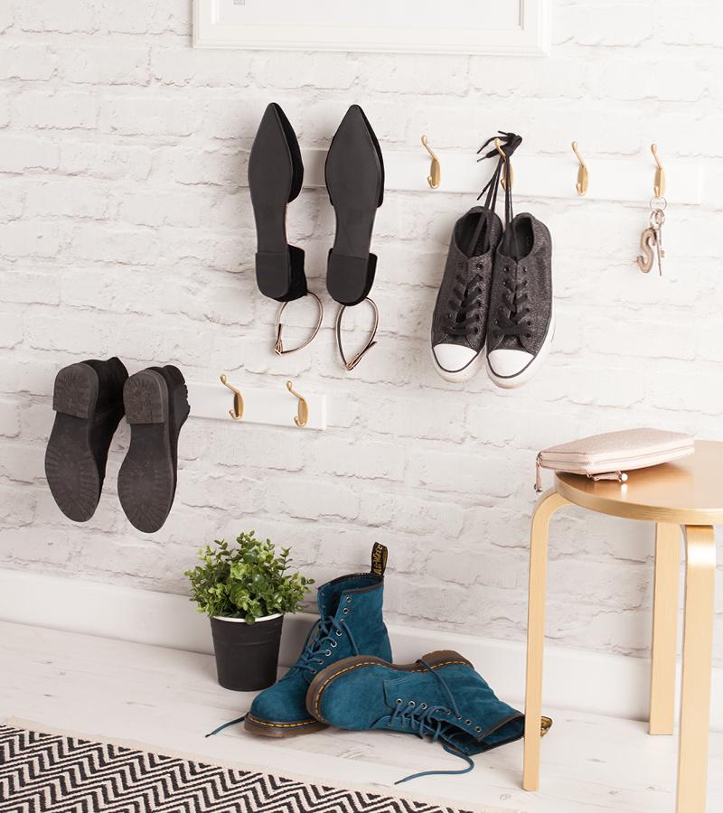 Крючки - отличное крепление для хранения обуви и аксессуаров