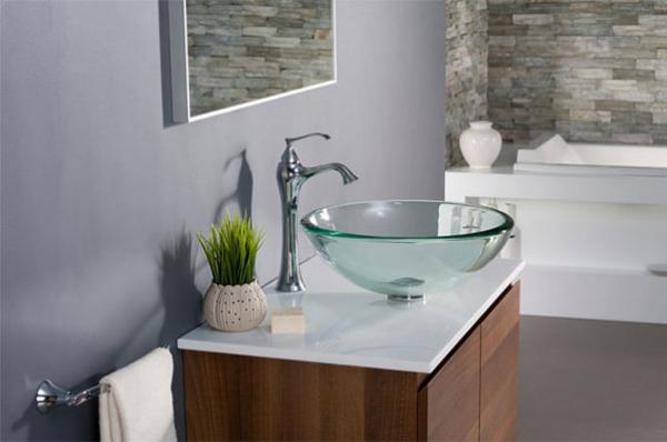 Стеклянная раковина в виде чаши в интертере ванной комнаты