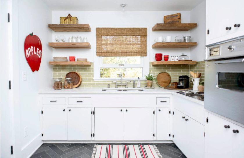 Открытые полки в интерьере кухни - это жутко непрактичное решение