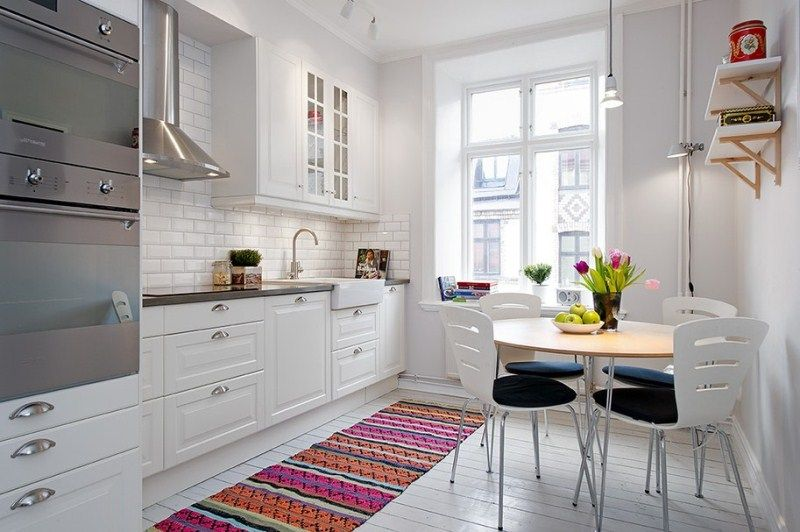 Главный предмет декора на этой кухне - это яркий ковер в восточном стиле