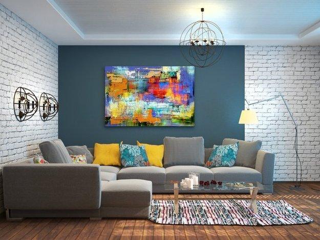 Яркая картина в интерьере комнаты без окон - это смелый вариант оформления