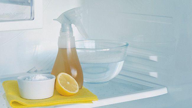 Лимон - отличное средство против противного запаха в холодильнике
