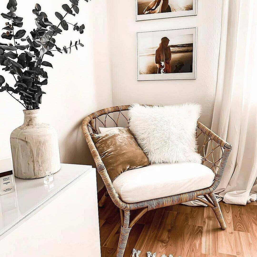 Габаритное плетеное кресло в спальне