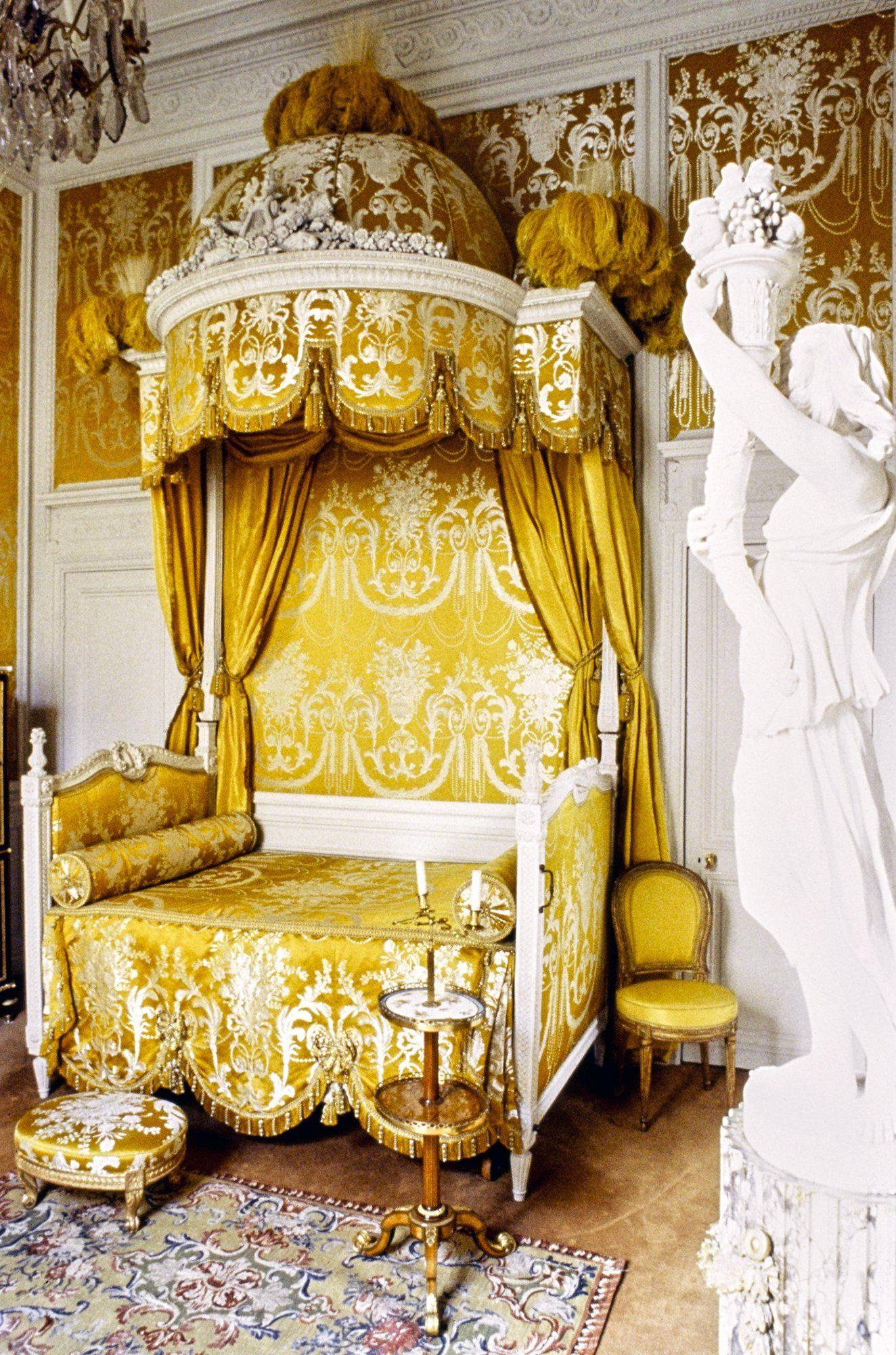 Внутреннее убранство дома в Монако, где преобладает версальский текстиль