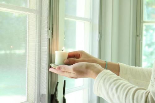 Чтобы проверить сквозит ли окно поднесите к нему свечу