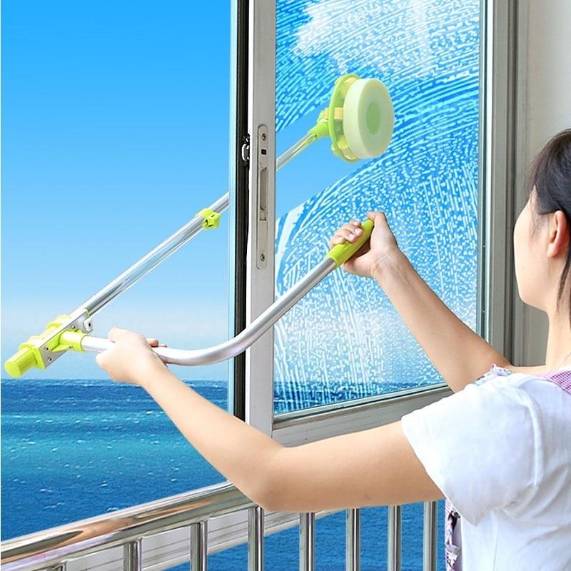 Мыть окна на балконе гораздо удобнее щеткой с длинной ручкой