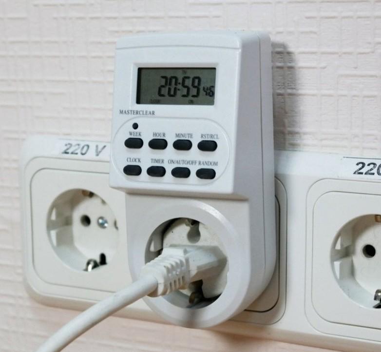 Фото подключённой к электропитанию розетки-таймера