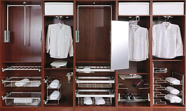 Фото шкафа со всей фурнитурой – шинами, рейлингами, подставками и т.д.