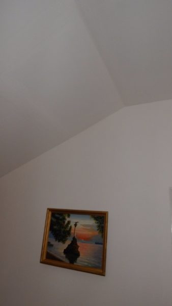 Гипсокартонные потолок и стены выглядят так же, как после завершения отделки.