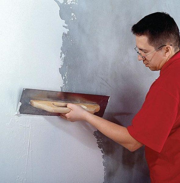 Гипсовая шпатлевка хорошо ложится на бетонные и цементные поверхности