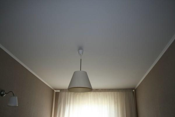Главное — равномерно нанести краску, чтобы цвет был ровным по всему потолку