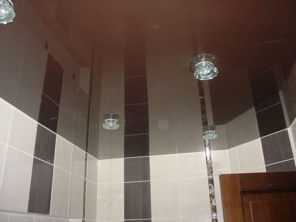 Глянцевая пленка потолка сделает вашу ванную зрительно более высокой и не даст соседям залить вас.