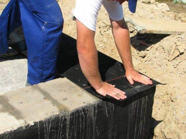 Горизонтальная гидроизоляция основания защищает стены от влаги