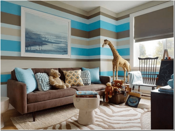 Горизонтальные полосы визуально увеличивают объем гостиной.