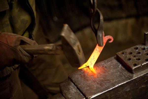 Горячая ковка подразумевает обработку разогретой до высокой температуры детали