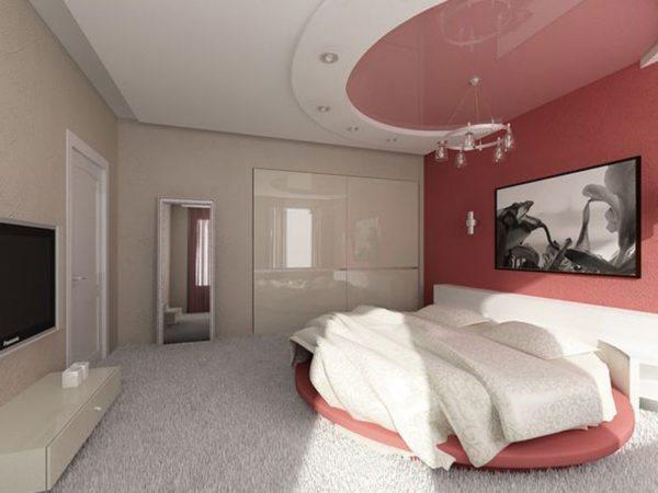 Грамотно подобранный натяжной потолок может украсить любую спальню
