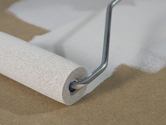 Нанесение грунта на фанерную поверхность