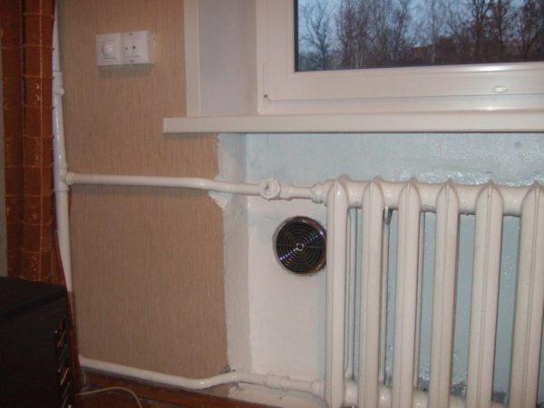 Идеальное решение: приточный клапан за радиатором отопления. Холодный воздух смешивается с теплыми не создает сквозняков.