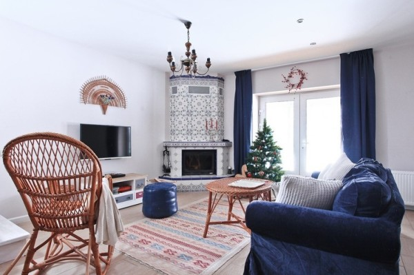 Интерьер гостиной с камином, декорированным изразцами