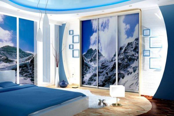 Интерьер спальни в прохладных тонах.
