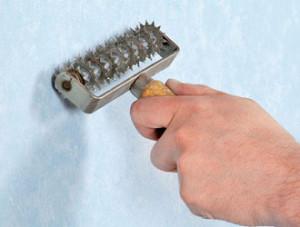 Использование игольчатого валика для удаления старой отделки