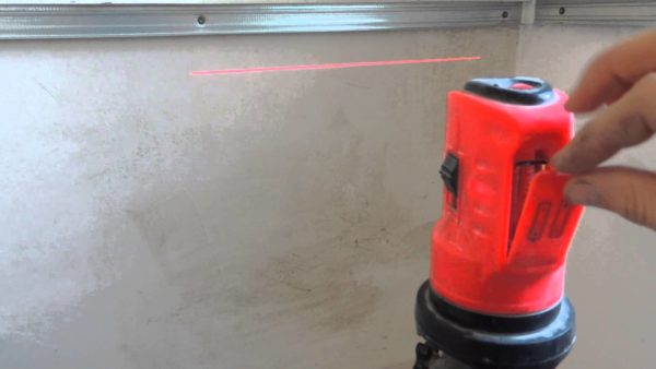 Используя лазерный уровень, вы сможете выставить идеальные каркасы и вывести ровные плоскости