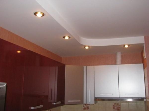 Из гипсокартона можно соорудить потолки разных конфигураций
