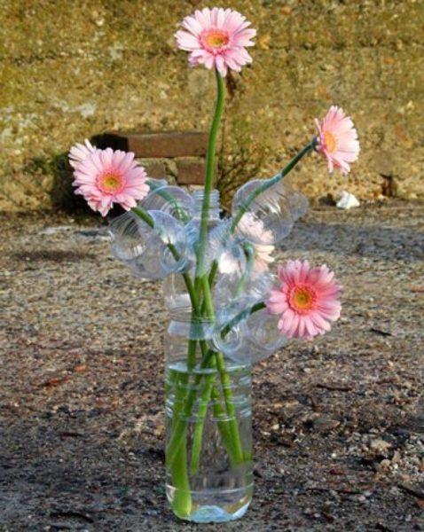 Из пластмассовой тары можно сделать не только цветы, но также вазы или горшки для них